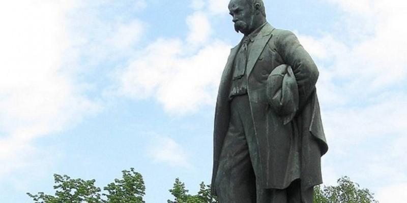 Кому з українців найбільше пам'ятників у світі поставлено?