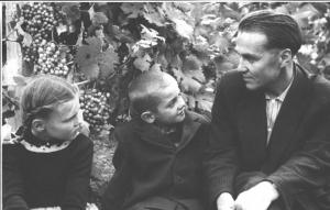 В. А. Сухомлинський з дітьми