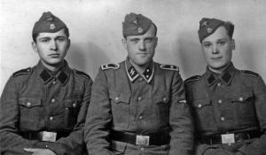 Військовослужбовці одного з поліцейських полків зі своїм німецьким командиром (у українських добровольців відсутні руни «СС» і нарукавний орел СС)