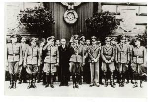Володимир Кубійович із німецьким керівництвом стоїть на трибуні під час проходження параду у Львові 18 липня 1943 р.
