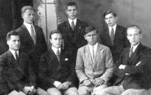 Степан Бандера (крайній справа) и Лев Ребет (другий зліва)