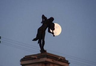 Пам'ятник Скрипаль на даху