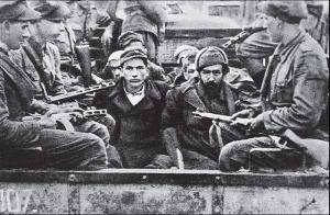 Українські партизани, яких конвоюють польські солдати, 1947 р.