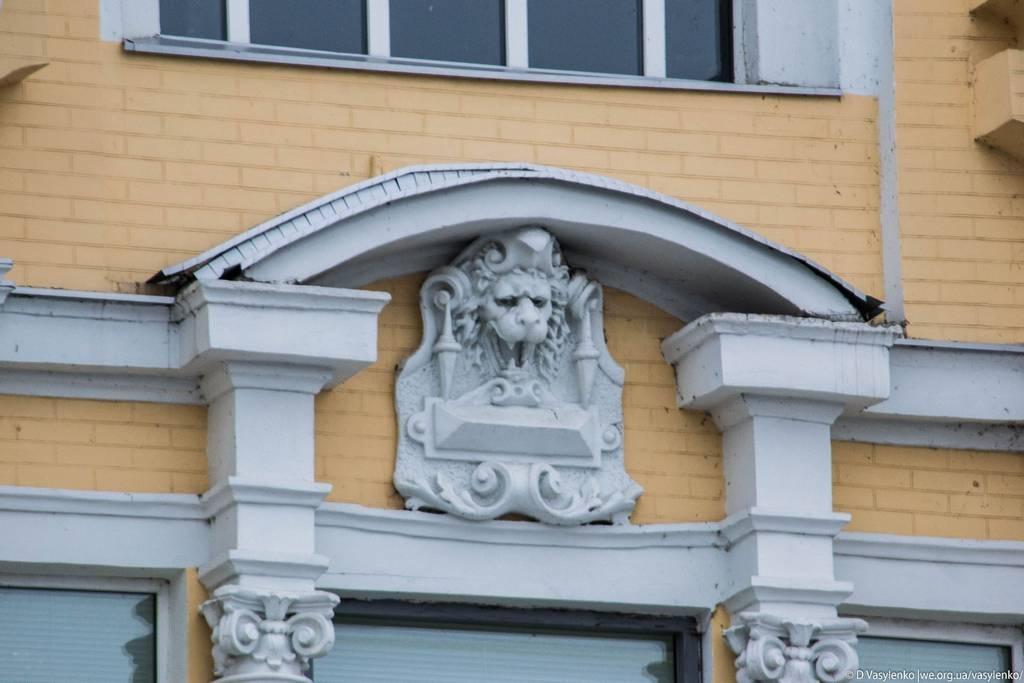 Гордий лев над входом