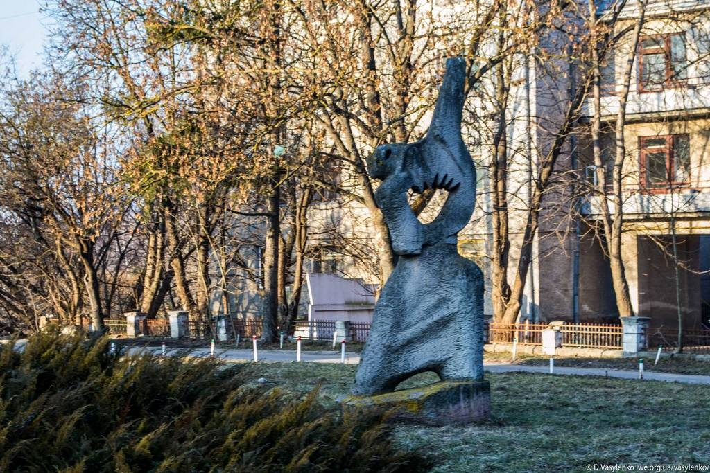 """Скульптура """"Козак думу думає"""""""