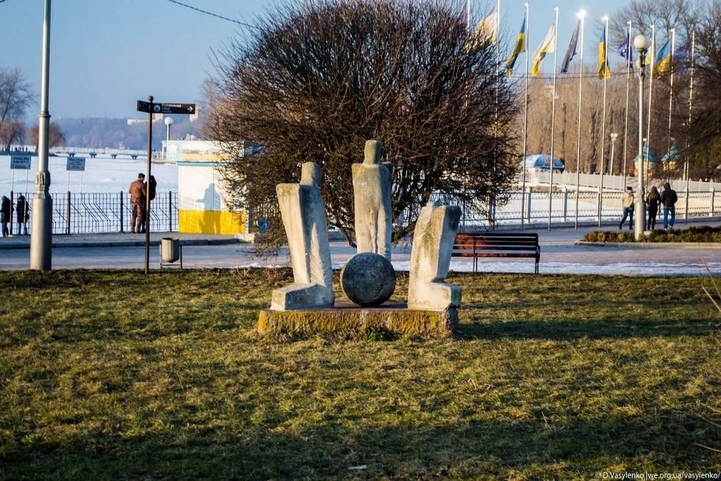 Одна із скульптур на набережній