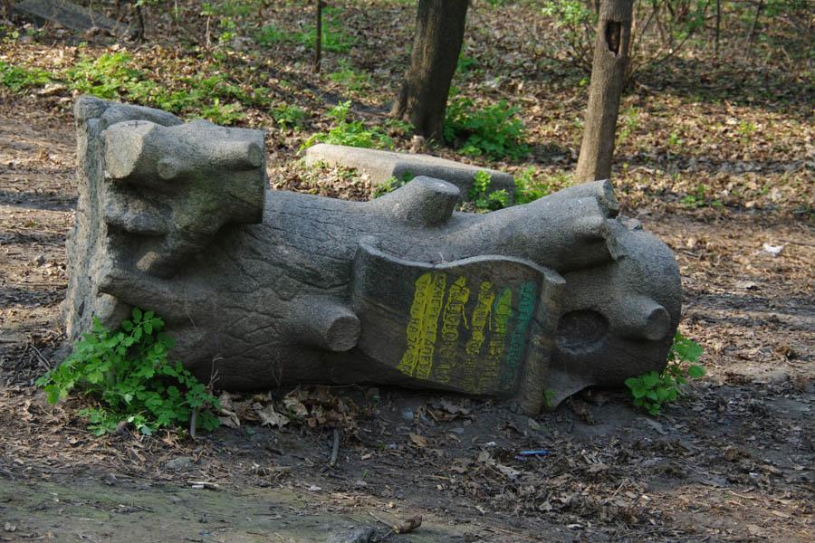 Один з мальовничих надгробків на Замковій горі